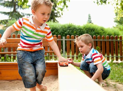 imagenes de niños jugando con sus juguetes 10 juguetes esenciales para tus ni 241 os mundo diversal