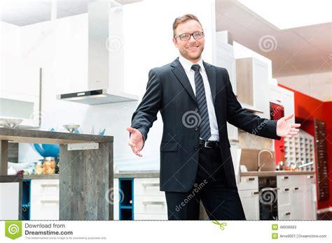 vendeur de cuisine 駲uip馥 vendeur dans la salle d exposition de meubles de cuisine