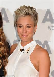 big theory haircut hairdresser kaley cuoco rocks punky pompadour at the aspca cocktail