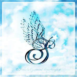 tatuaggi con ali e lettere ali stilizzate su 26 maiuscole in cielo diyartcraft
