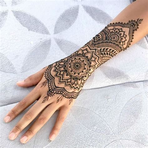 white henna hand tattoo designs 25 best ideas about henna tattoos on henna