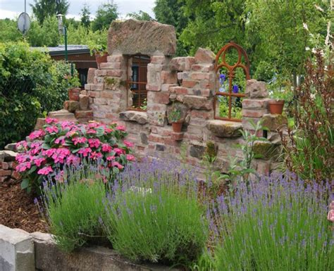 garten versand katalog alte ziegelsteinmauern im garten gartenhaus bauen alte