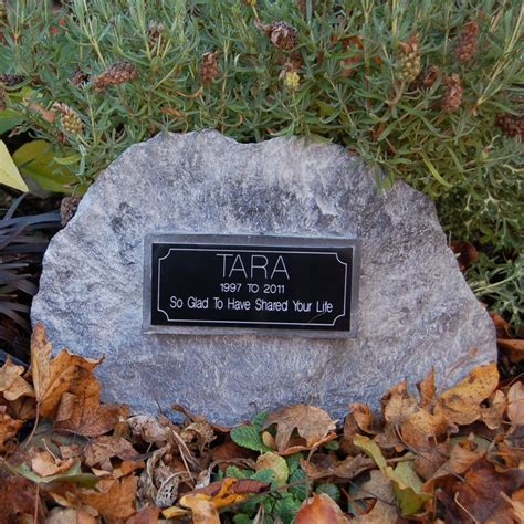 Pet Memorial Ideas For The Garden Incorporating Plaques For Memorial Garden Garden Inspirations Gardens