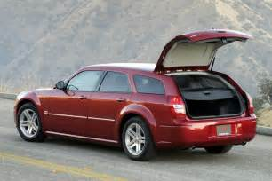 2005 dodge magnum overview cars