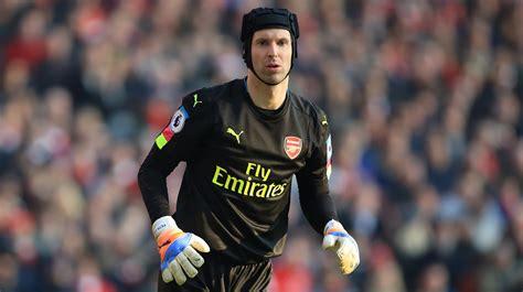 arsenal goalkeeper arsenal goalkeeper offers help to injured hull man itv news