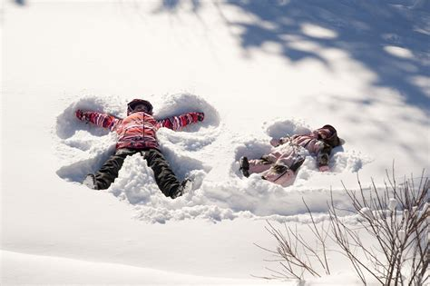 kids in the snow 12 great outdoor winter activities for