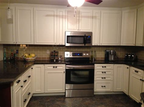 khaki and chagne glass subway tile kitchen backsplash