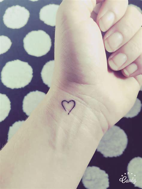 tattoo kleine letters little heart tattoo on wrist een klein hartje op de pols