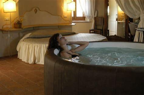 suite con vasca idromassaggio in toscana offerta 2 notti romantiche in toscana weekend romantico