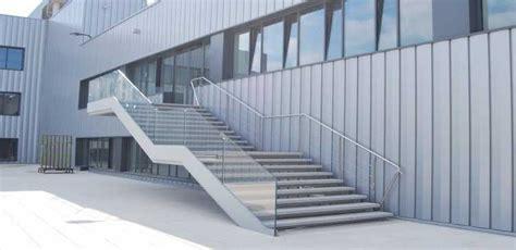escaleras con barandilla de cristal estructura exterior de escalera en hierro barandilla
