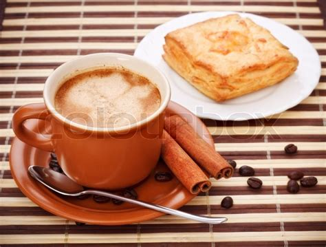 bild auf kuchen tasse kaffee und kuchen auf bambus serviette stock foto