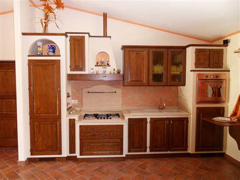 cucina a muro pompeiana in legno e plexiglass
