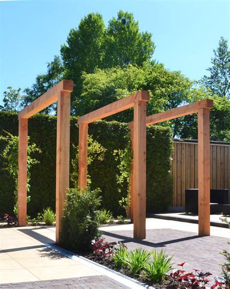 houten pergola lariks douglas hout in moderne tuin - Moderne Pergola