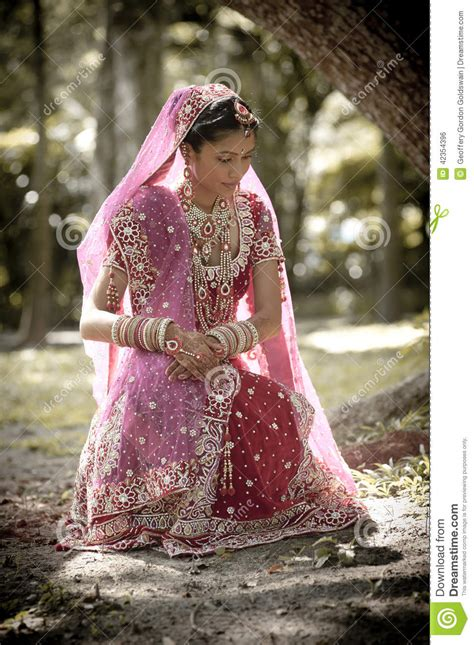 fotos de vestidos de novia hindu novia hind 250 india hermosa joven que se sienta debajo de