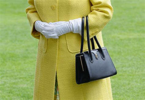 queen elizabeth purse how queen elizabeth uses her purse to send secret messages