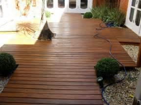 deck deck de madeira perfeito para jardins e piscina belas dicas