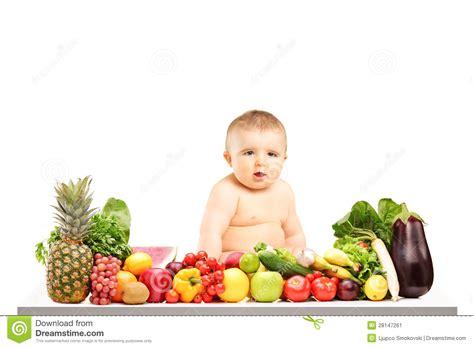 beb 234 que senta se em uma tabela completamente de frutas e