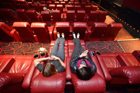 theatres with reclining seats amc theaters lure moviegoers with cushy recliners the