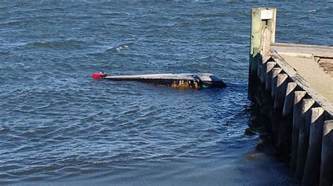 chicago river boat flip 2 duck hunters dead one rescued after boat flips in