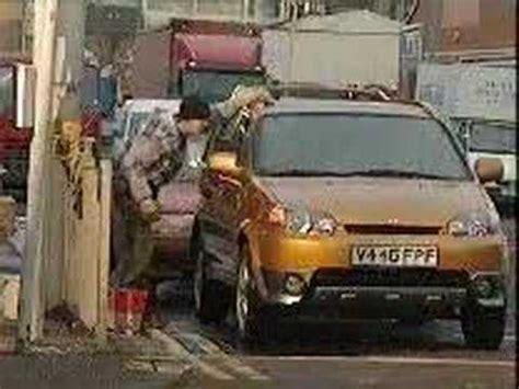 donne al volante divertentissimo una donna fa la benzina divertentissimo doovi
