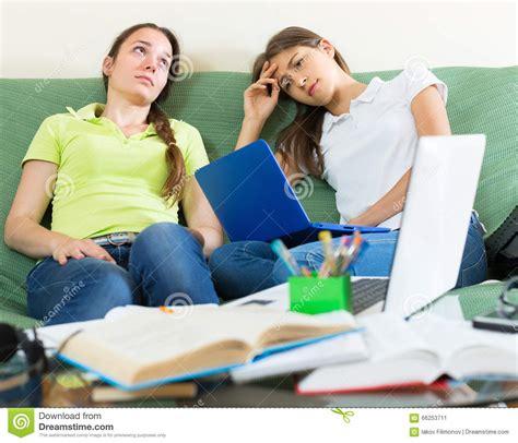 zuhause studieren traurige studenten die zu hause studieren stockbild
