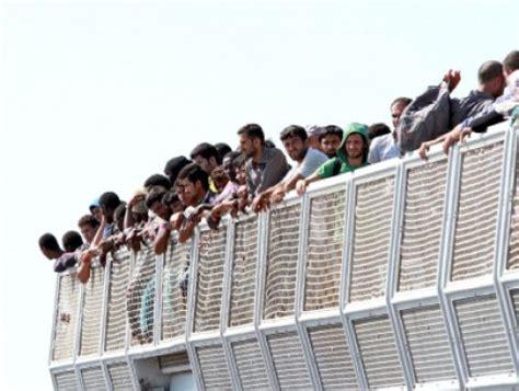 questura di bari ufficio immigrazione brindisi in arrivo mercantile con migranti e due salme