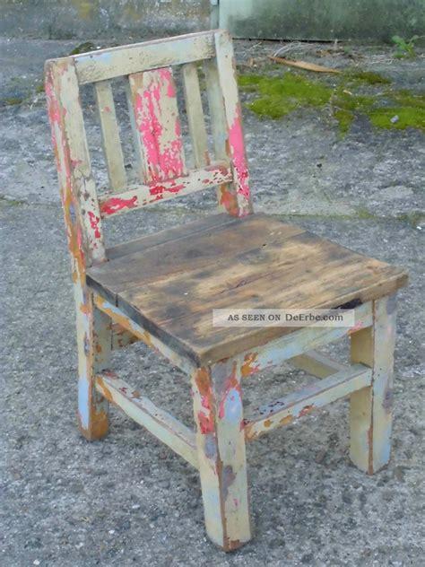 sehr dunkler stuhl sehr alter kinderstuhl stuhl 1