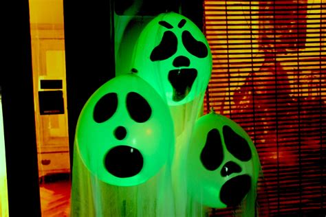 how to make balloon ghost halloween ceiling decorations ehow diy halloween ghost glow balloons yard decorations