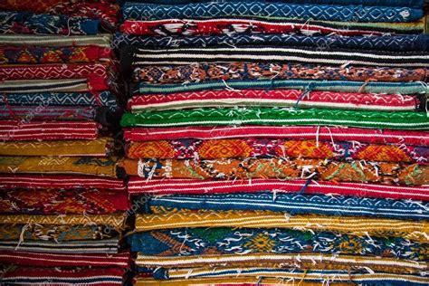tappeti tunisini prezzi tappeti colorati tunisini in un negozio foto stock