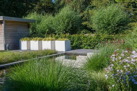 strakke tuin plantenbakken tuin in nuenen met een modern ontwerp het rullen