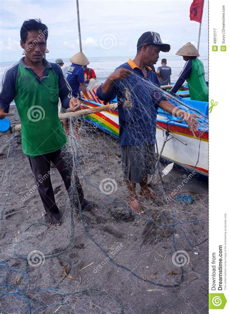 Nature Stek Yogyakarta fishermen are landing tuna from fishing boats to the