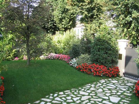 piccoli giardini di casa progetto piccolo giardino con fioriture stagionali verde