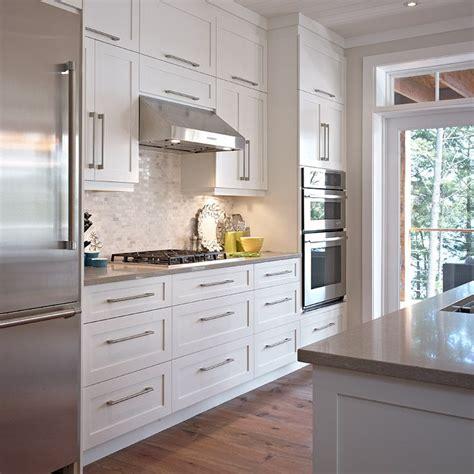 prix ilot central cuisine 938 cuisine style contemporaine avec armoires de bois massif