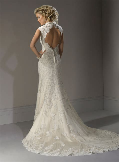 lace wedding dress with open back   Sang Maestro