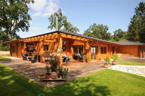 holzhaus zum wohnen kaufen landleben im modernen blockhaus bungalow finnholz