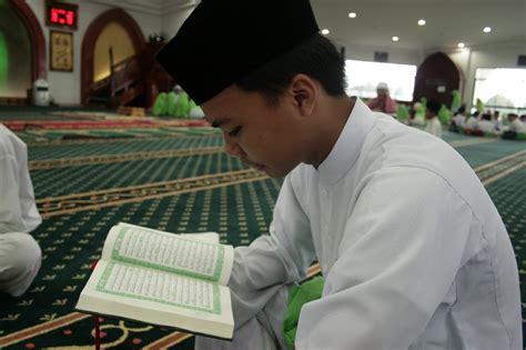download mp3 orang baca al quran koleksi gambar orang sedang baca al quran carigold forum