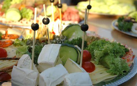 käseplatte anrichten catering bunte k 228 seplatte und oliven