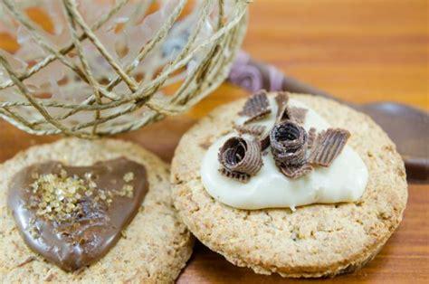 decorare i biscotti come decorare i biscotti con il cioccolato foto ginger