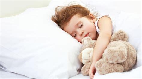 wieviel schlaf schlafforschung so viel schlaf brauchen kinder