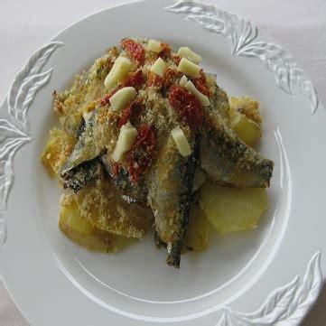 letto di patate tortino di acciughe su letto di patate fresco pesce