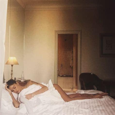 donne senza vestiti nel letto belen rodriguez ha l influenza su la foto mezza