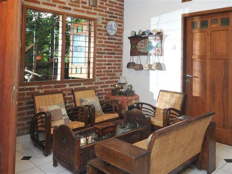 desain interior ruang tamu dengan kursi kayu tips membangun ruang tamu dengan biaya hemat desain