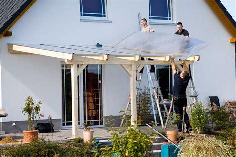terrassenüberdachung holz oder alu g 252 nstige terrassen 252 berdachung alu aufbau einer leimholz