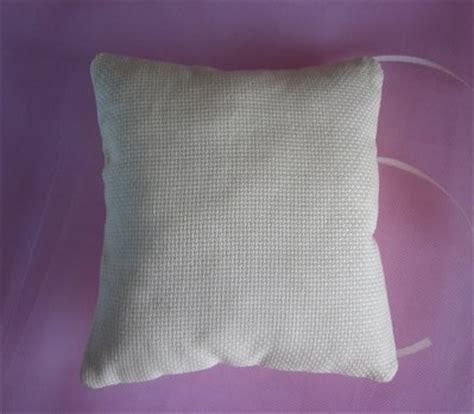 cuscini per fedi nuziali punto croce cuscino portafedi color crema ricamato a punto croce