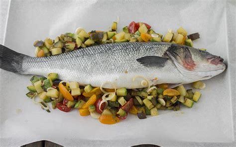 spigola al forno su letto di patate ricetta spigola al cartoccio con verdure di stagione