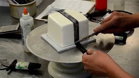 how to decorate a square cake into gift box christmas