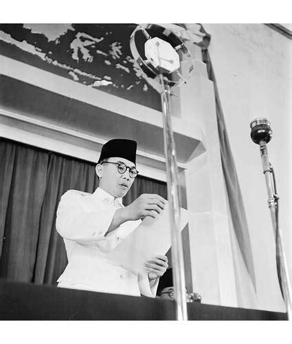 teks ulasan film merah putih beserta strukturnya za dunia proklamasi kemerdekaan indonesia jumat
