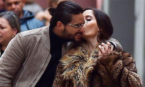 imagenes de maluma y su novia maluma se pasea por las calles de italia abrazado de