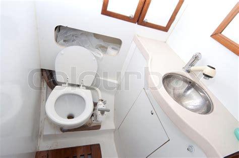 wc hygiene dusche latrine und dusche auf segelboot mit toilettenpapier