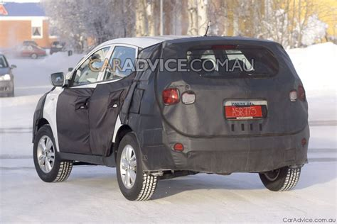 hyundai crossover 2009 2010 hyundai ix35 crossover spied photos 1 of 5